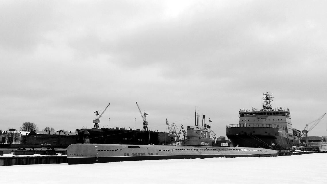 #Neva #ships #SaintPeterburg #street #morning #water #ice #winter #snow #blackandwhite #photography
