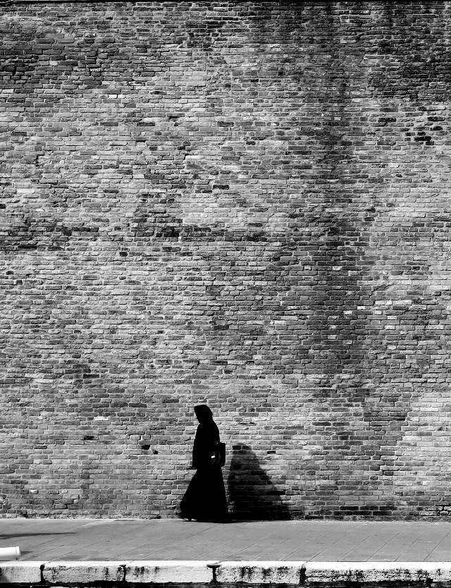 #texture #blackandwhite #streetphotography #street #portrait #venice #people